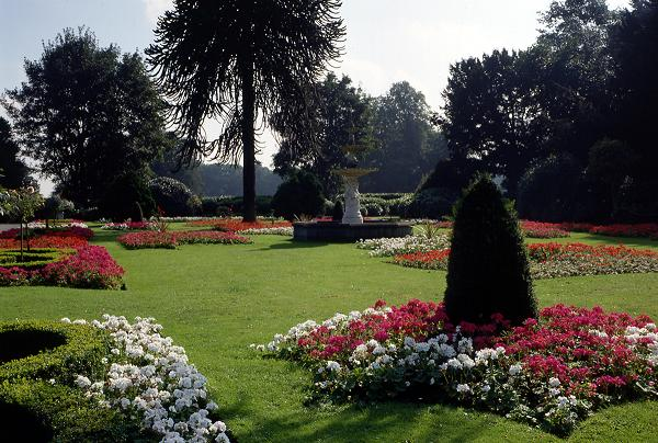 Brodsworth hall and garden and places to stay nearby for Garden design doncaster